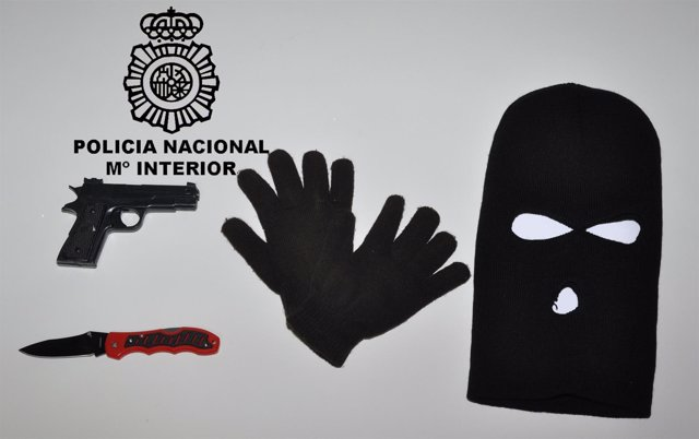 Efectos ocupados a la detenida por robo.
