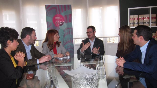 Javier Maroto en la reunión con empresarias y Adolfo Molina y José María Bellido