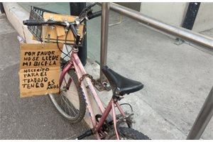 Un mexicano de 85 años tiene que colgar un cartel en su bicicleta para que no se la roben