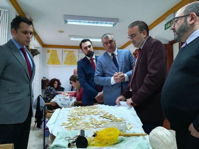 El consejero Javier Carnero en taller de bordados Juan Rosén