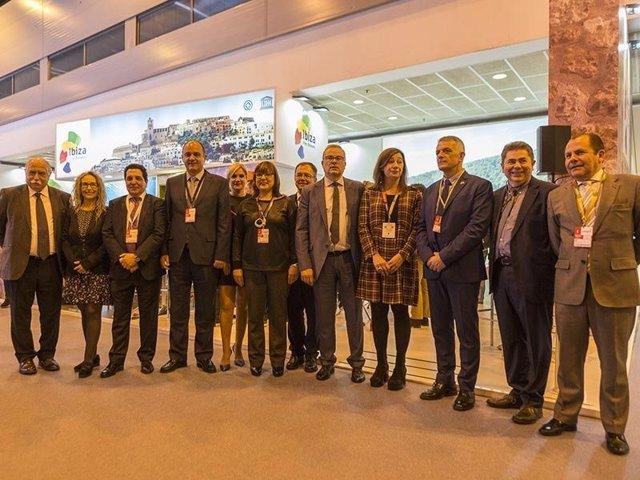 Representantes del Consell de Ibiza junto a representantes del Govern en Fitur