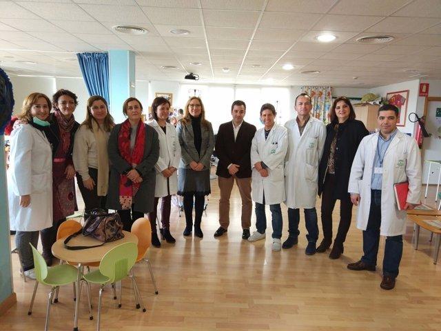 López y Luna (centro) visitan el aula hospitalaria del Reina Sofía