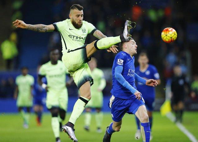Otamendi y Vardy en el Leicester City - Manchester City