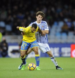 Álvaro Odriozola pelea un balón con Jonathan Viera