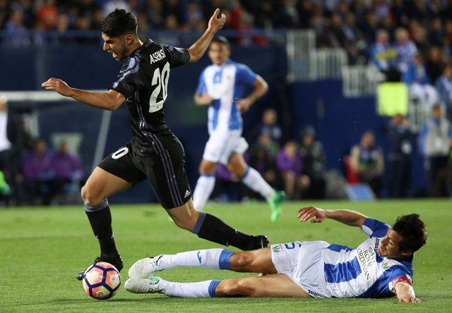 Marco Asensio se lleva el balón ante Martín Mantovani en un Leganés-Real Madrid