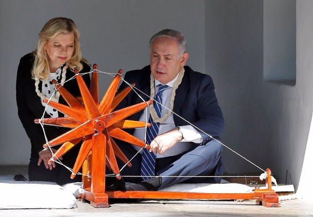 Netanyahu con la simbólica rueca de Gandhi