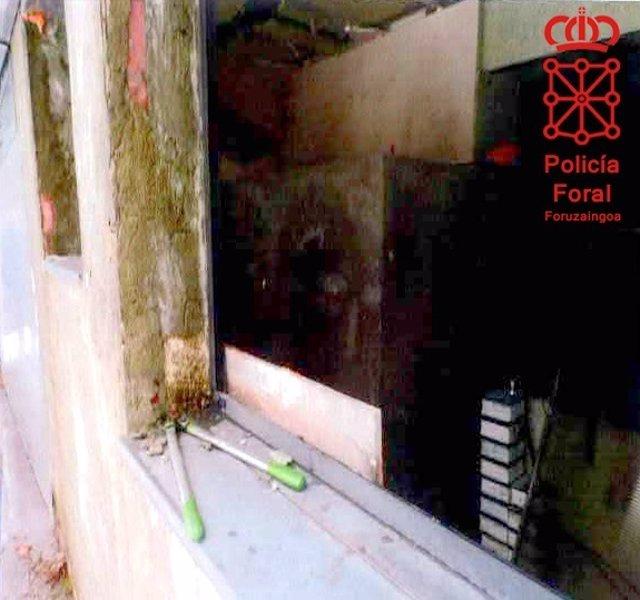 Cizalla utilizada para acceder a una de las viviendas.