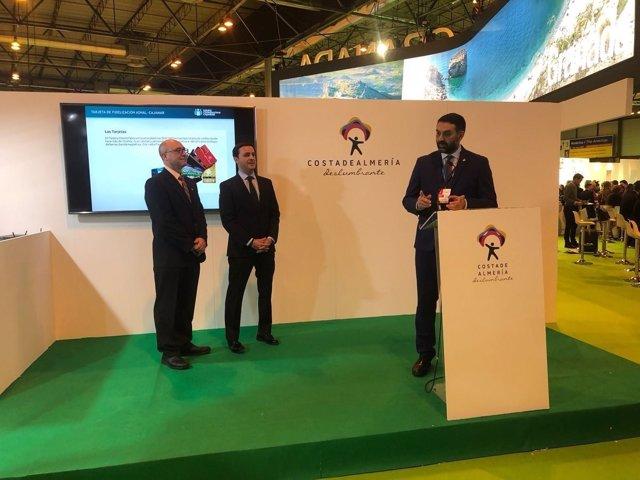 El consejero de Turismo, en un acto en el expositor de Costa de Almería en Fitur