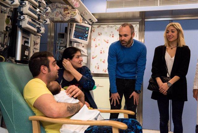 A.Iniesta y A.Ortiz con dos padres en una visita en el Hospital Vall d'Hebron