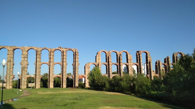 Acueducto de los Milagros de Mérida en un día con cielos despejados