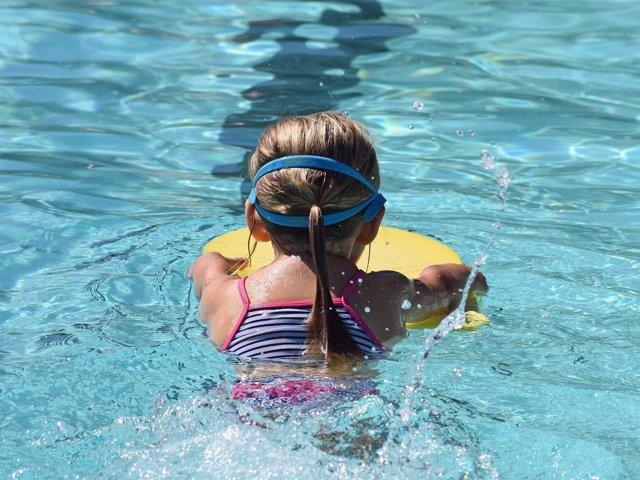 Una niña de seis años se queda atrapada en el filtro de una piscina en Córdoba