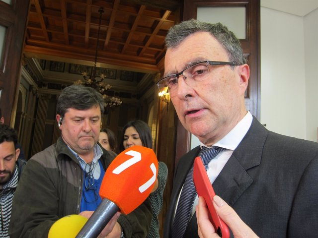 El alcalde José Ballesta contesta a las preguntas de los medios