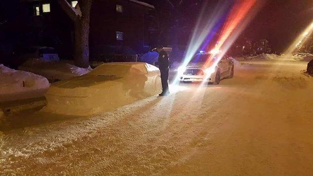 Policía de Montreal multa a un coche de nieve