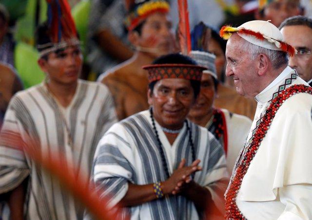 El Papa con indígenas en Perú