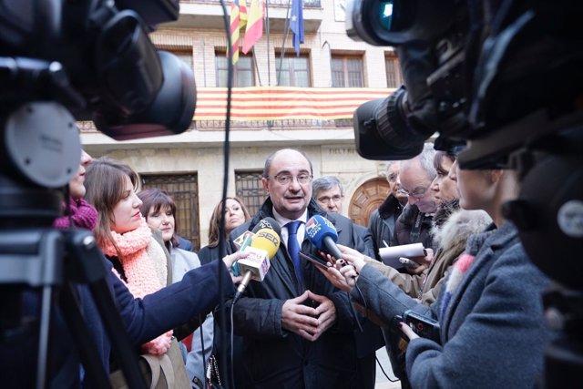 Lambán atiende a los medios de comunicación en Alcorisa (Turuel)