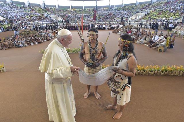 El Papa con dos indígenas en su viaje a Perú