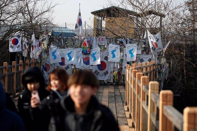 Banderas de  la Corea unificada en la zona desmilitarizada