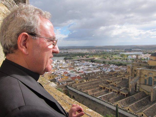 El deán de Cabildo, Manuel Pérez Moya, mira la Mezquita-Catedral desde su torre