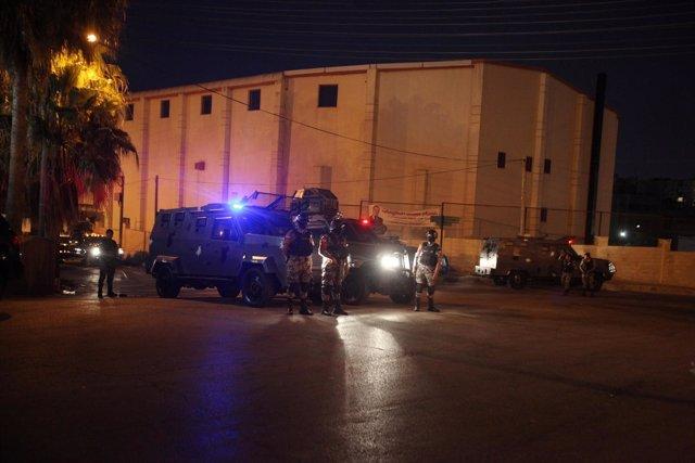 Policías jordanos junto a la Embajada israelí en Amán