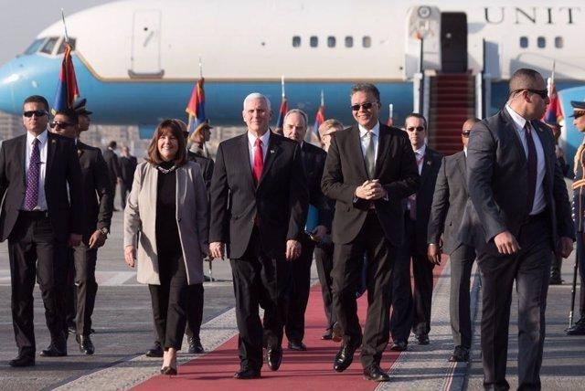 El vicepresidente estadounidense, Mike Pence, bajando de un avión