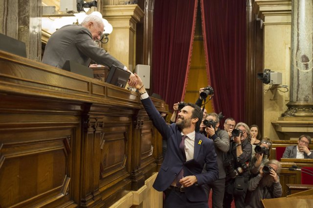 El presidente del Parlament, Roger Torrent, vota en la constitución de la Cámara