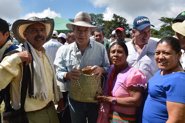 El presidente de Colombia, Juan Manuel Santos, junto a campesinos