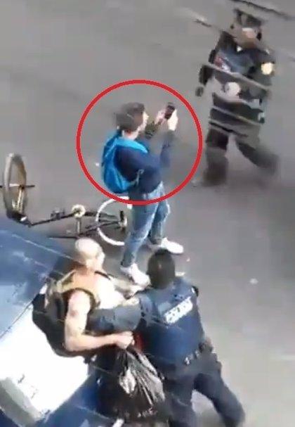 Policías mexicanos agreden a un joven que grababa una detención en la calle