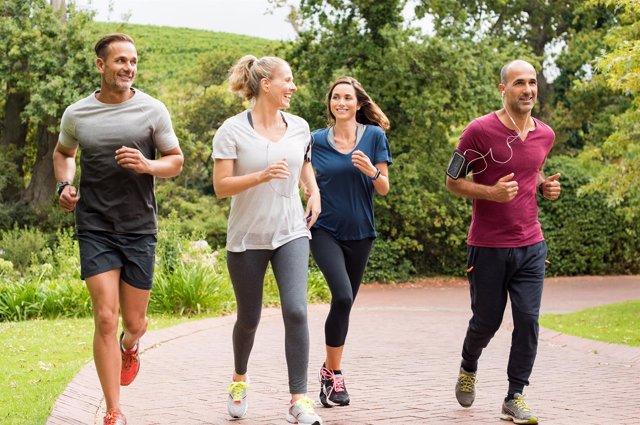 El ejercicio físico regular mejora la salud respiratoria.