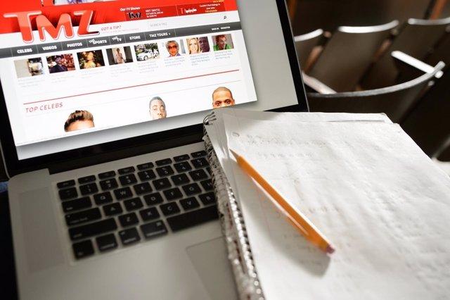 Ordenador, cuaderno, bolígrafo, usar el ordenador en clase