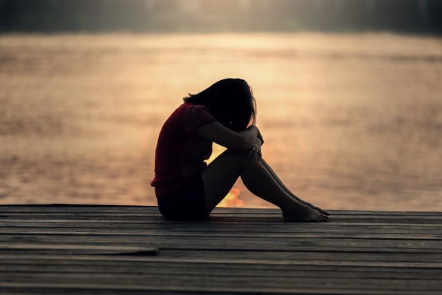 Adolescente, triste, soledad, depresión