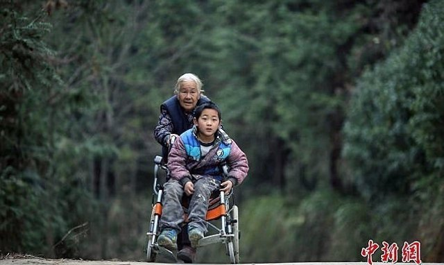 Yuying realiza un total de ocho viajes ida y vuelta para llevar a Jiang Haowen