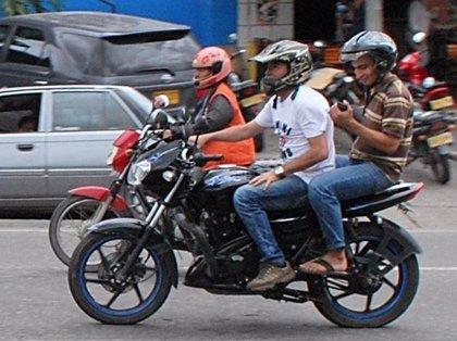 Se prohíbe circular en moto con un acompañante que sea hombre en Bogotá