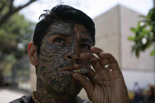 Hombre fumando marihuana en México
