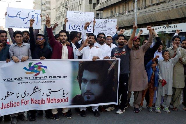 Varias personas protestan por la muerte de un joven pastún