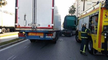 Accidente sin heridos en Cádiz al soltarse la cabeza tractora de un camión que transporta plátanos