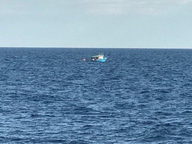Patera con 330 personas rescatadas por la Armada y Open Arms en el Mediterráneo