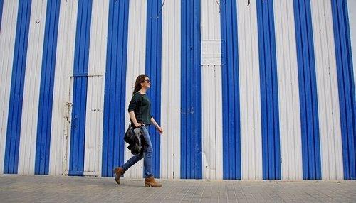 Mujer andando por la calle, peatón, paseo, caminar, andar