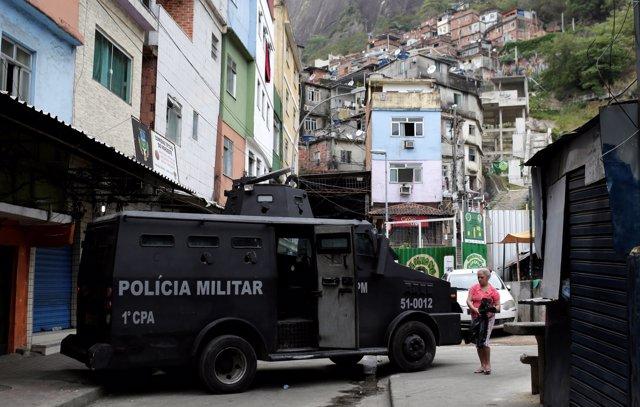 Un furgón de la Policía en una favela de Río de Janeiro