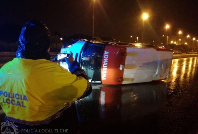 Ambulancia volcada en la carretera
