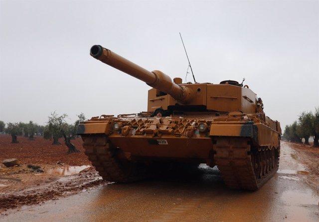 Tanque militar turco cerca del monte Barsaya, al noreste de Afrin (Siria)