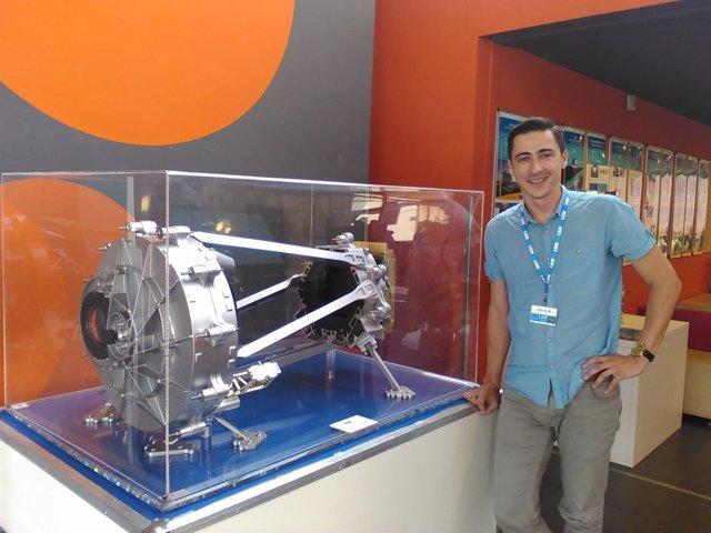 En la foto, el profesor de la Politécnica Rafael Toledo con una réplica