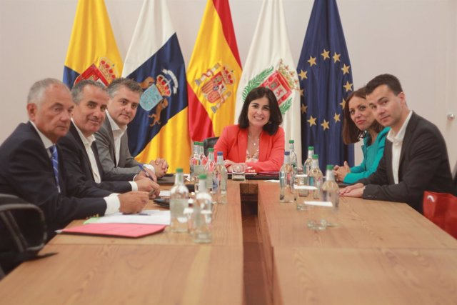 Mesa del Parlamento de Canarias con la presidenta de la cámara, Carolina Darias