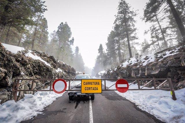 Carretera de acceso al Teide cortada por presencia de hielo en la calzada