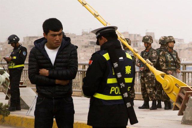 Un hombre uigur en un control de seguridad en Xinjiang