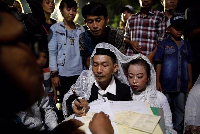 Una pareja contrae matrimonio en Indonesia