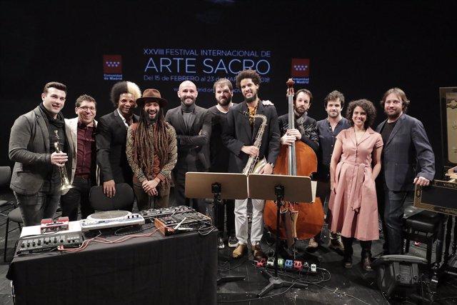 Músicos del Festival de Arte Sacro junto a Jaime de los Santos