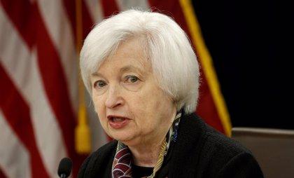 Yellen entrega las riendas de la Fed a Powell, quien pilotará un nuevo ciclo monetario