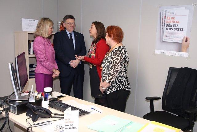 Puig y Bravo (izq) visitan oficinas de víctimas