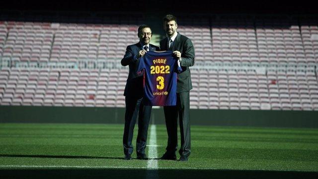 Gerard Piqué junto a Josep Maria Bartomeu