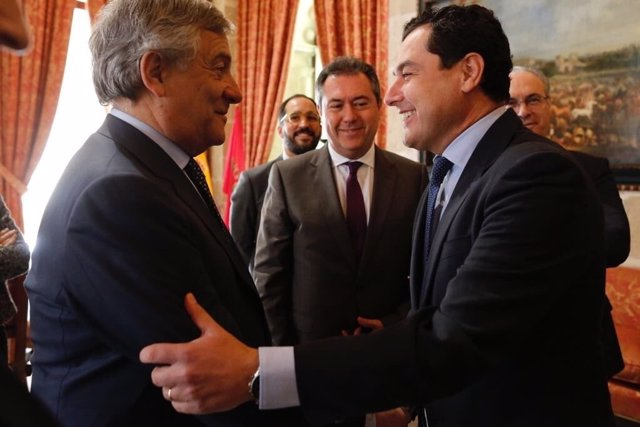 Juanma Moreno saluda a Antonio Tajani durante la entrega del Premio